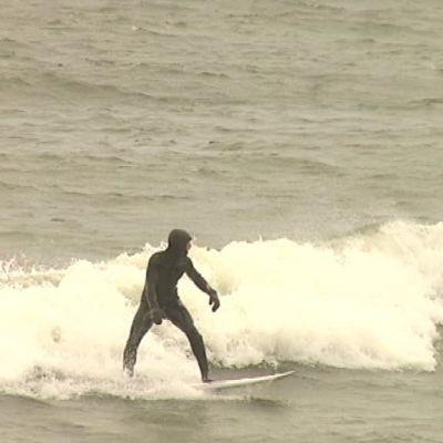 En surfare i stormen i Hangö