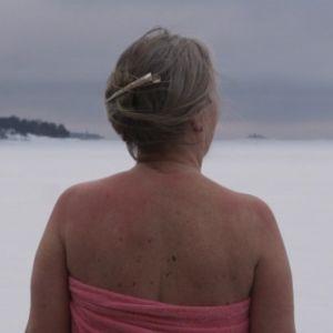 Nainen katsoo talvista maisemaa Vaskiniemessä Helsingissä