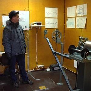 En man står och tittar på en mareograf.