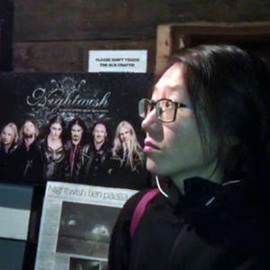 Kiinalainen Junli Jiang vierailee Kiteen kotiseutumuseon Nightwish-näyttelyssä.