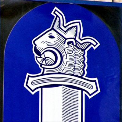 Polisens logo på en vägg.
