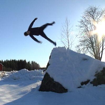 Erik Pitkänen hoppar från en hög sten