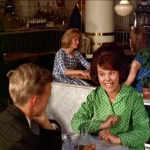 """Ann-Christine laulaa """"Mennään tanssimaan"""" Café Colombiassa Helsingissä elokuvassa Lauantaileikit (1963)"""