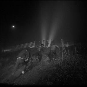 Nuorisorikolliset pakenevat rikospaikalta elokuvassa Jengi (1963).