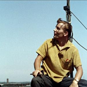 Eino Grön antenninkorjaajana katolla elokuvassa Lauantaileikit (1963)
