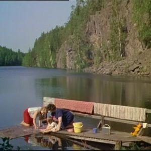 Kesäpäivä mattolaiturilla järvellä.