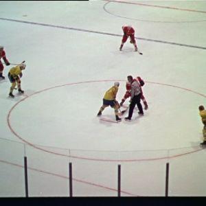 Jääkiekon MM-kisat vuonna 1965 Tampereella. Vastakkain Ruotsi ja Neuvostoliitto.