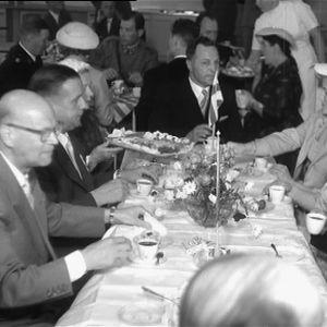 Presidentti Kekkonen seurueineen kahvilla
