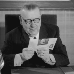 President Paasikivi läser