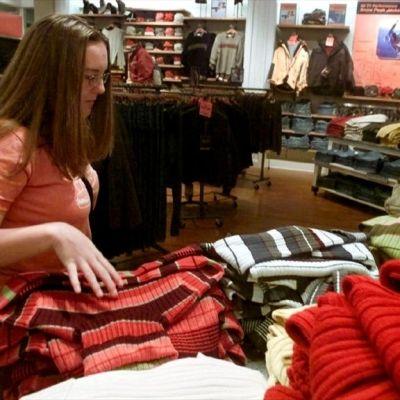 Nainen katselee vaatteita kaupassa