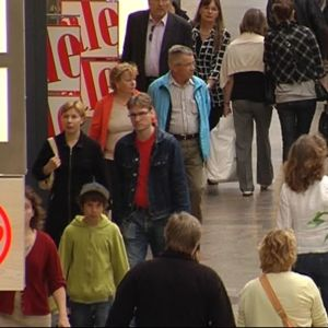 Människor i ett köpcentrum under reatider