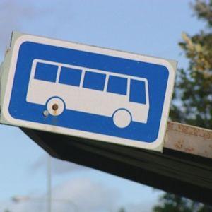 Skylt på busshållplats
