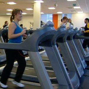 Running är en motionsform där man i grupp springer på löpmattor.