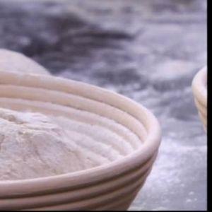 Degen täcks med mjöl och får jäsa i brödkorgen