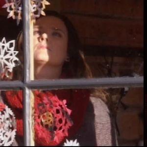 Camilla hänger upp snöflingor