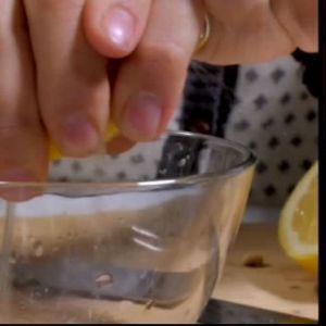 Pressa saften ur citronen
