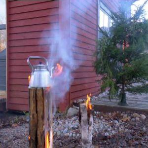 Man kan koka vatten och kaffe på eldstaden