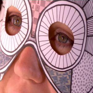 En mask framhäver ögonen
