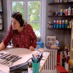 Camilla målar bokstäver.