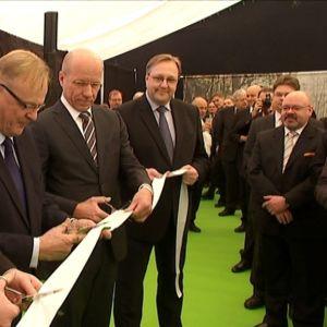 Vaskiluodon Voimas styrelseordförande Rami Vuola, arbetsminister Lauri Ihalainen och Pohjolan Voimas vd Lauri Virkkunen klipper bandet vid invigningen av förgasningsanläggningen.