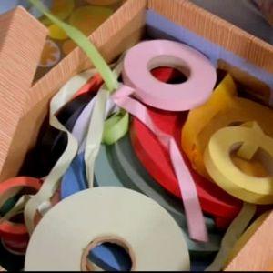 En hel låda med plastband.