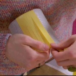 Vira runt plastbanden lite omlott det första varvet och fäst med dubbelsidig tejp i båda ändarna.