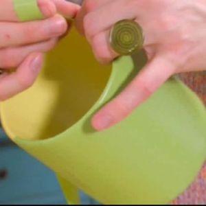 Vira den gröna bandet kant i kant.