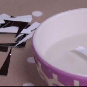Placera en bit i taget av ditt utklippta mönster i en kopp med vatten.