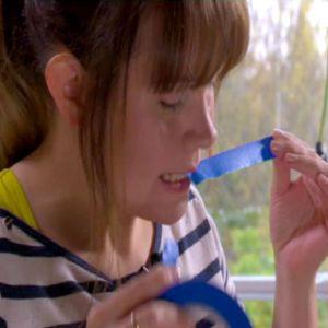 Johanna biter tejpbitar.