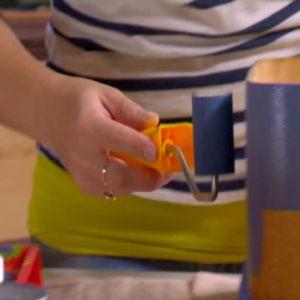 Johanna målar kappsäcken.
