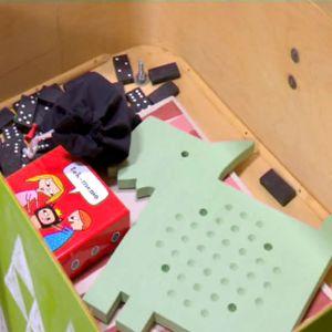 Kappsäcksbord med leksaker.