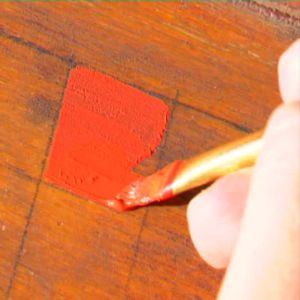 Johanna målar rutor för spel.