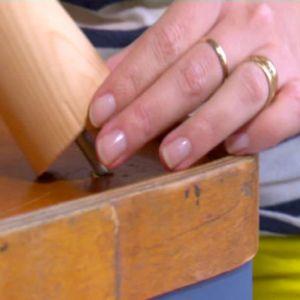 Johanna fäster benen i borrade hål.