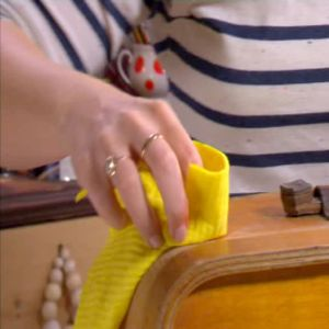 Johanna tvättar av kappsäcken.