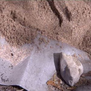 Lägg geotextil, t ex en duk i lådans botten