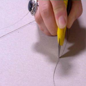 Skär ut skårorna enligt mallen.