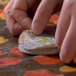 Limma fast mönstret i kartongen.