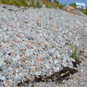 Strand med både sten och sand.