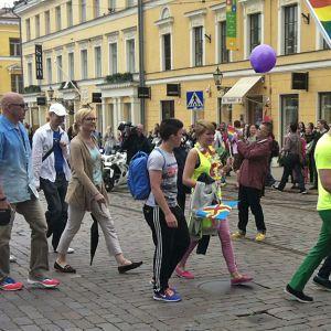 Minoritetsombudsman Eva Biaudet marscherar i Pride 2013.