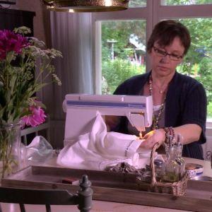 Marit vid symaskinen.