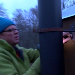 Johan monterar fast skorstenen på utsidan