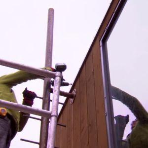 Johan sätter upp en stege så man kommer åt skorstenen