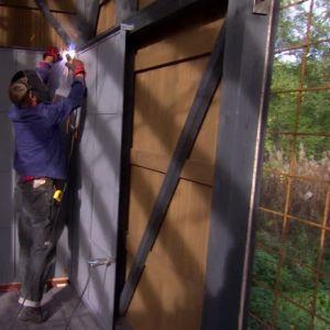 Brandskyddet monteras fast på väggen