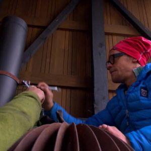 Skorstensdelarna monteras ihop och fast i väggen