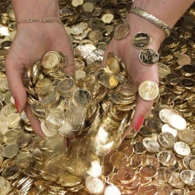 Händer som gräver i pengar