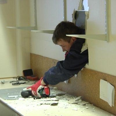 Ett rum renoveras av en byggarbetare
