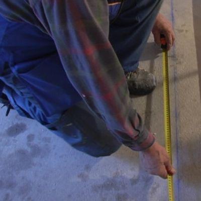 Byggarbetare mäter en planka