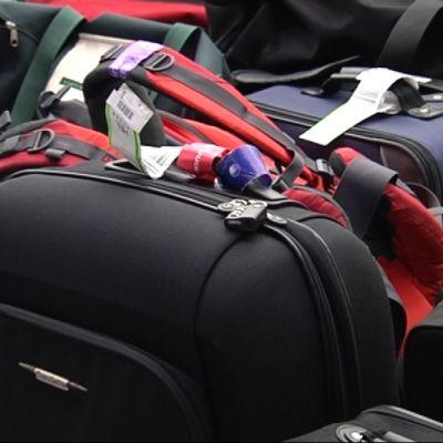 Kappsäckar på flygfältet