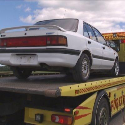 Bärgningsbilarna får allt oftare ta hand om övergivna sommarbilar