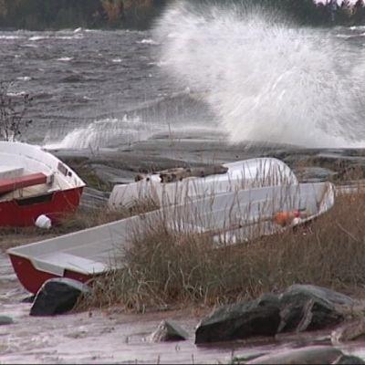 Storm slår in mot fartyg